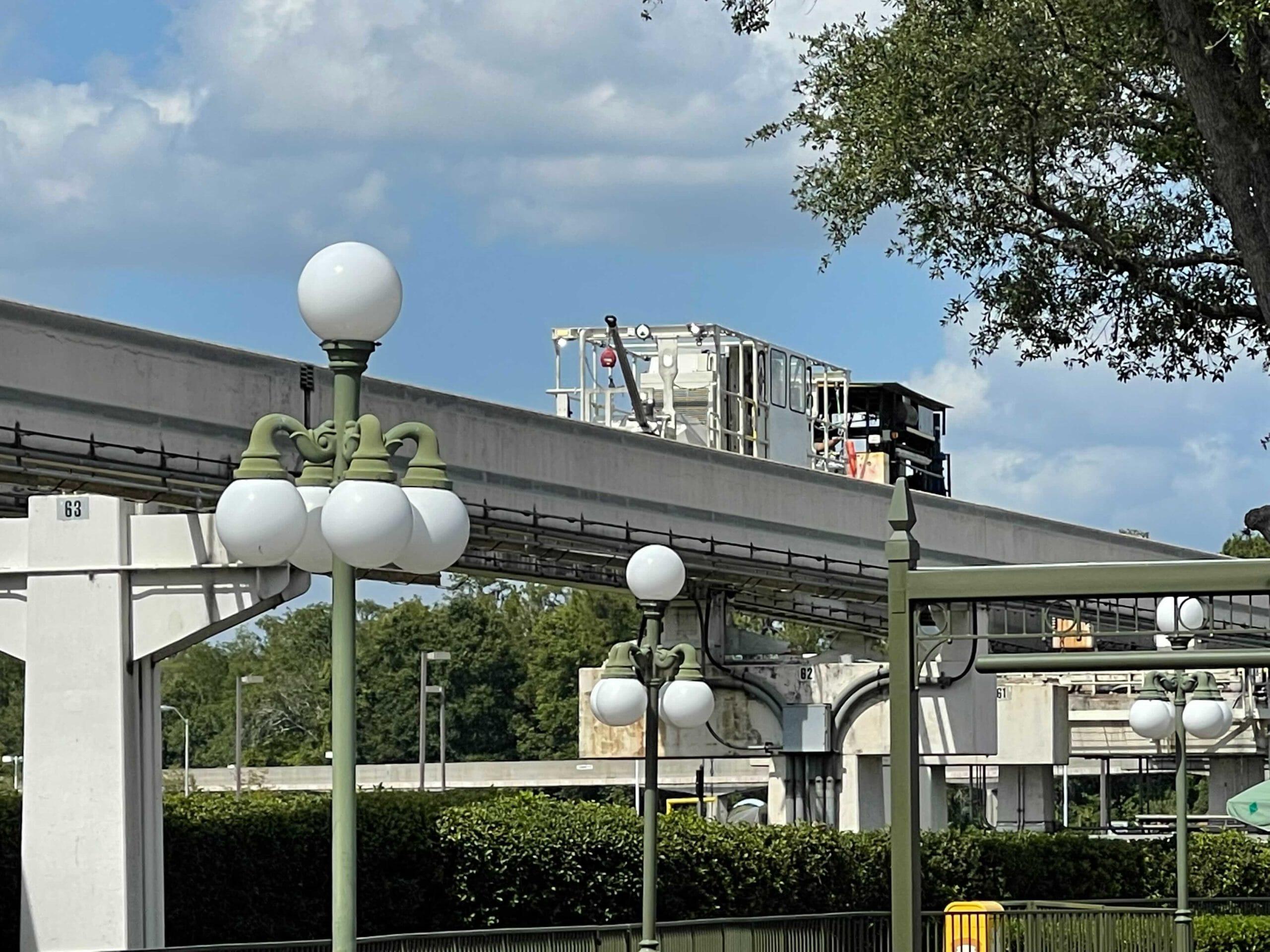 """Cập nhật: Việc sửa chữa đã được tiến hành trên Tuyến tàu điện một ray của Walt Disney World, toàn bộ chi tiết về vụ tai nạn đã được tiết lộ, Disney Walk đã đóng cửa để thông báo cho khách """"bảo trì định kỳ"""""""