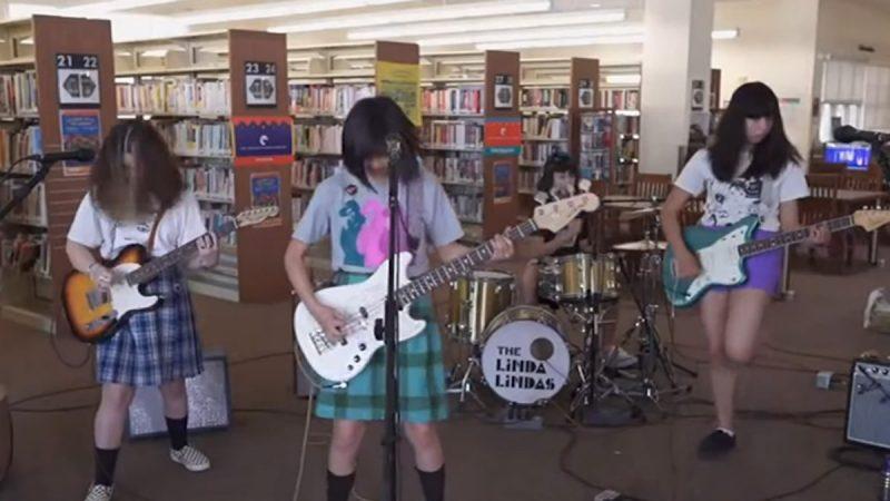 """Biệt đội Punk của các cô gái trẻ ký kết sau khi biểu diễn """"Chàng trai phân biệt chủng tộc tình dục"""""""