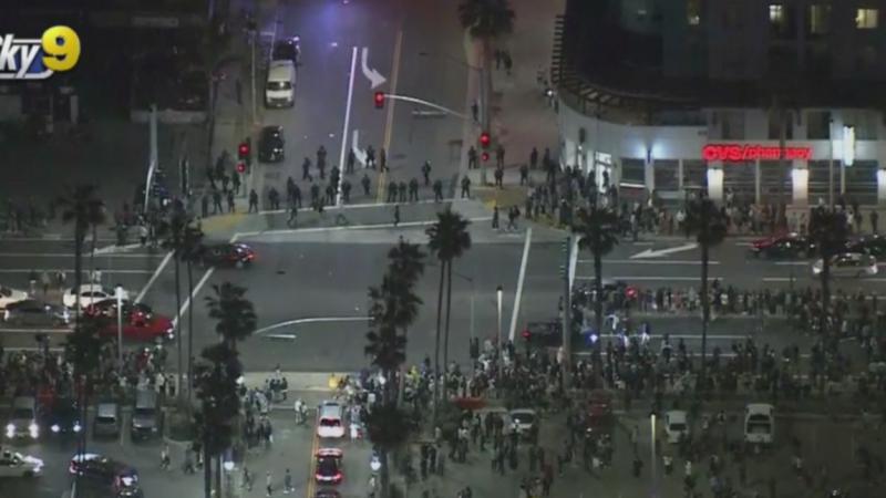 Bãi biển Huntington tràn ngập những người thích tiệc tùng, những người chú ý đến một cuộc gọi video lan truyền - CBS Los Angeles