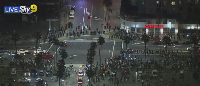 Bãi biển Huntington tràn ngập những người thích tiệc tùng, những người chú ý đến một cuộc gọi video lan truyền – CBS Los Angeles