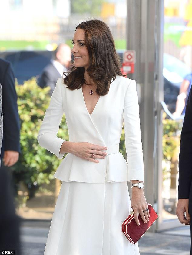 Kate, 39 tuổi, trông bóng bẩy hoàn hảo trong chiếc váy đặt làm riêng - được mặc lần cuối ở Warsaw vào năm 2017 (ảnh) - mà cô ấy mặc cùng với một chiếc vòng cổ kim cương trị giá 9.000 bảng Anh của Asprey.