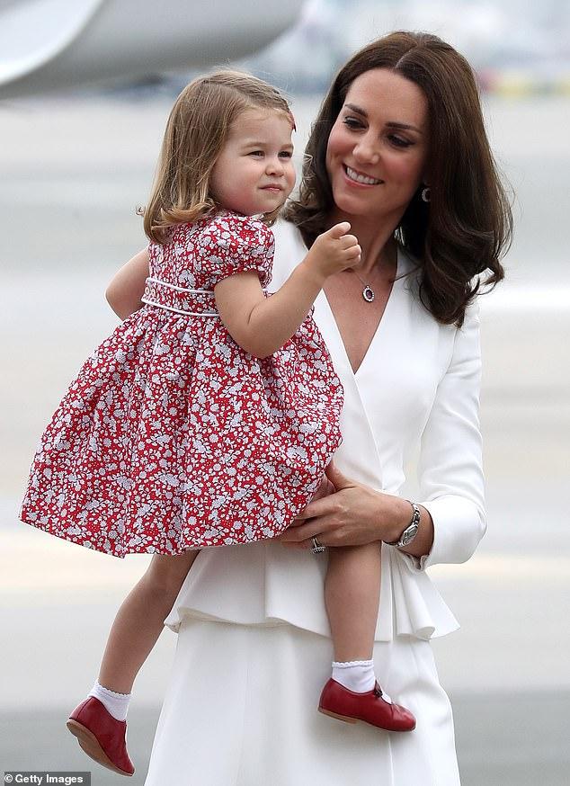 Nữ công tước xứ Cambridge mặc trang phục Alexander McQueen khi cô đến Warsaw cùng gia đình trong chuyến công du hoàng gia vào tháng 7 năm 2017