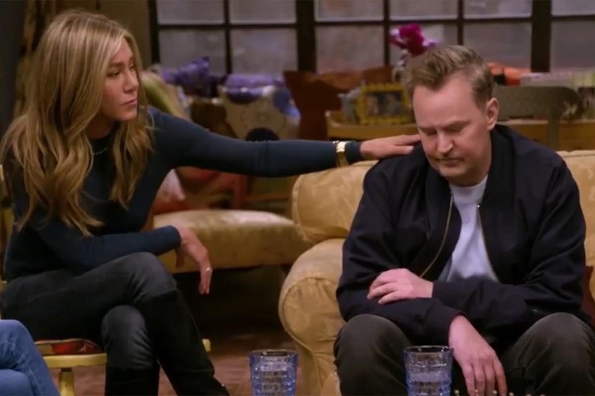 """Matthew Perry an ủi Jennifer Aniston trong trailer mới của """"Friends"""""""