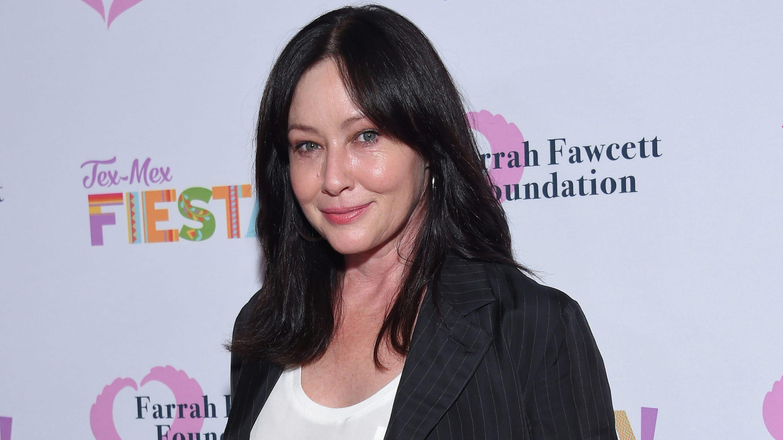 Shannen Doherty đăng một bức ảnh không trang điểm, nơi nữ diễn viên chia sẻ việc cô đã vi phạm các tiêu chuẩn sắc đẹp của Hollywood