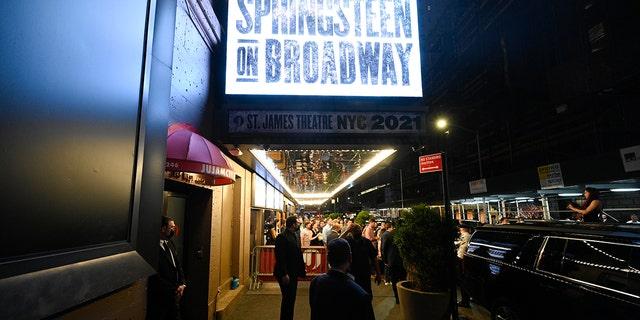 """Các """"Springsteen trên Broadway"""" Căn lều được nhìn thấy vào ban đêm mở cửa trở lại tại Nhà hát St. James vào thứ Bảy, ngày 26 tháng 6 năm 2021, ở Thành phố New York.  (Cơ quan báo chí)"""
