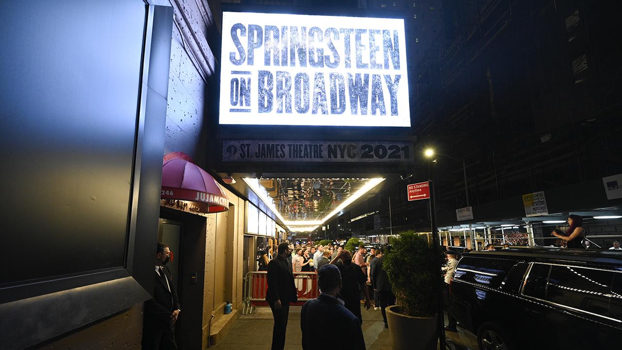 'Springsteen on Broadway' mở cửa trở lại ở NYC, đối mặt với phản đối về 'sự tách biệt' trong vắc xin