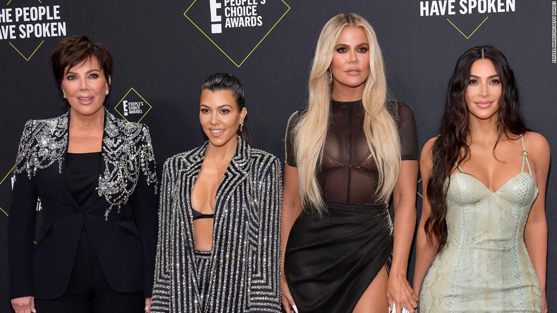 'Keeping Up With The Kardashians': Các nhà phê bình đánh giá phần kết của chương trình khi gia đình chuyển từ truyền hình cáp sang phát sóng