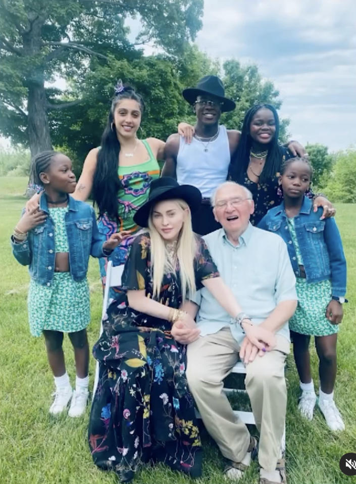 Tổ chức sinh nhật của anh ấy là một việc của gia đình!  (Madonna / Instagram)