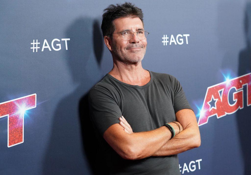 Simon Cowell khoanh tay mỉm cười