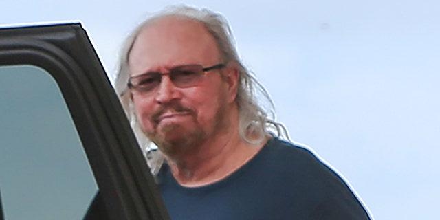 Barry Gibb được nhìn thấy đang chạy việc vặt cùng vợ, Linda Grey.