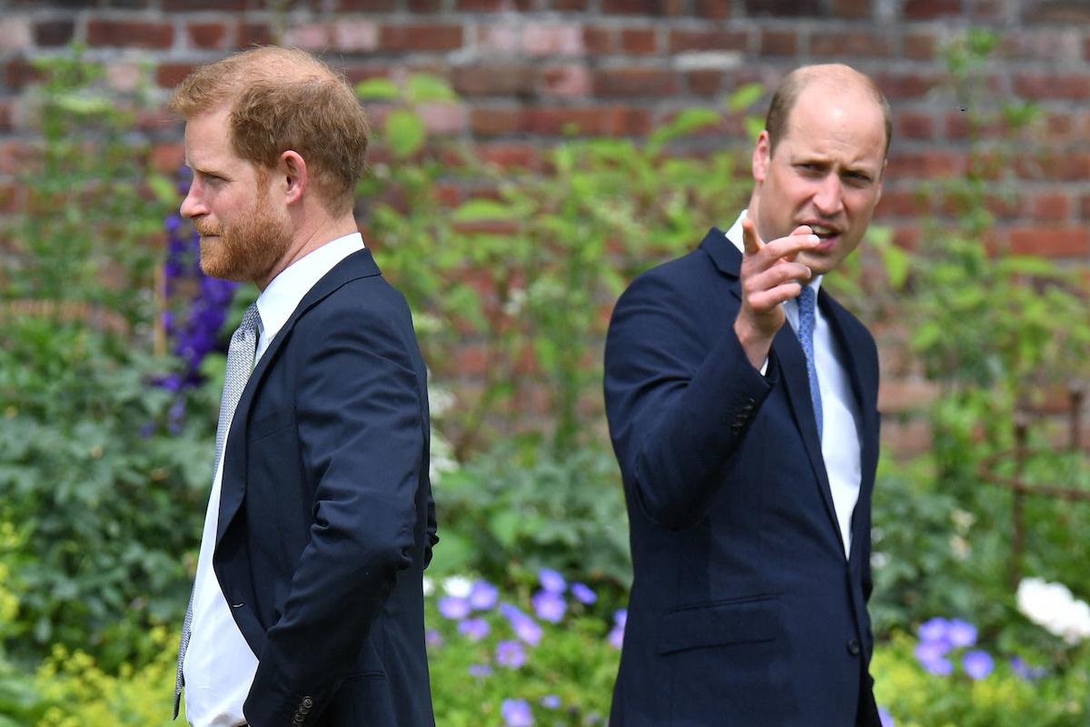 Hoàng tử Harry, Công tước xứ Sussex (trái) và Hoàng tử William, Công tước xứ Cambridge của Anh tham dự lễ khánh thành bức tượng mẹ của họ là Công nương Diana tại Sunken Garden ở Cung điện Kensington vào ngày 1 tháng 7 năm 2021, được cho là tượng số 60 của bà. Giáng sinh