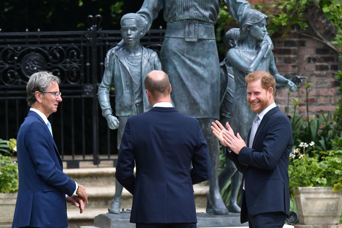 Nhà điêu khắc Ian Rank Broadley, Công tước xứ Cambridge và Công tước xứ Sussex sau khi công bố bức tượng được đặt cho mẹ của họ là Diana, Công nương xứ Wales, trong Vườn Sunken tại Cung điện Kensington, London, vào sinh nhật lần thứ 60 của bà.
