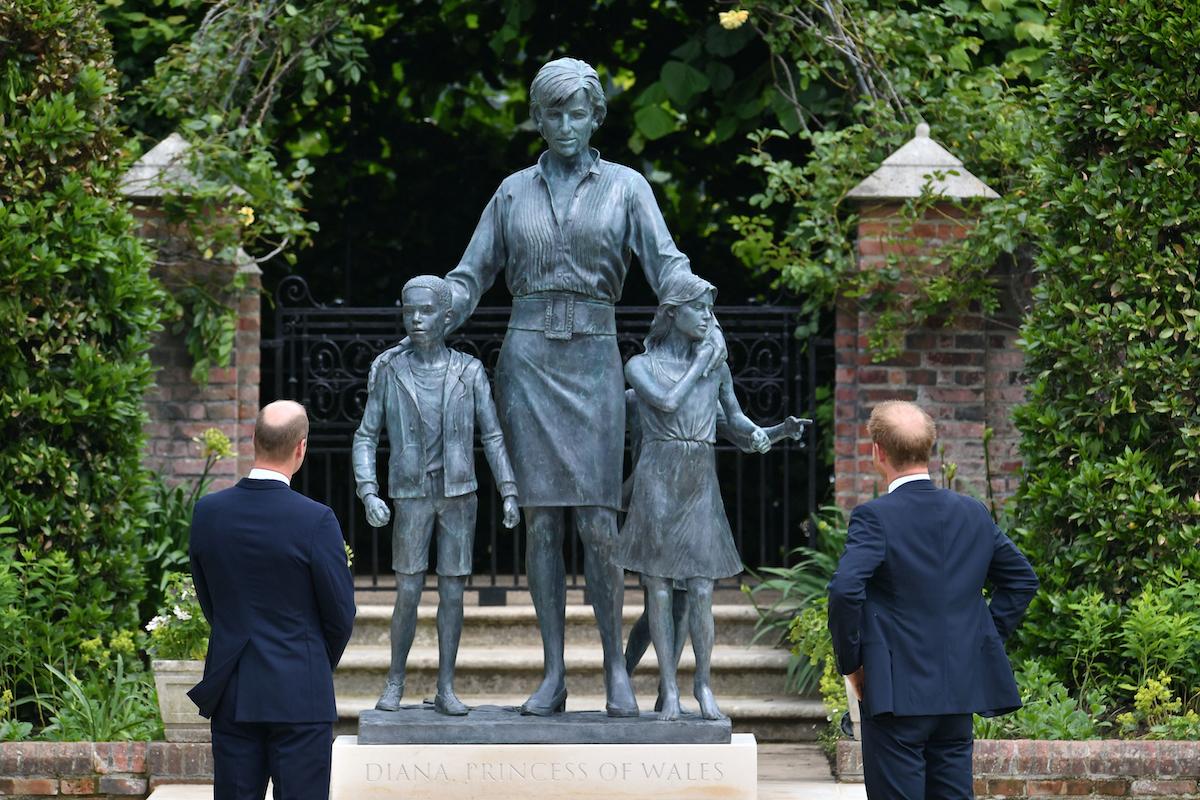 Công tước xứ Cambridge (trái) và Công tước xứ Sussex nhìn bức tượng Kelfa của mẹ họ Diana, Công nương xứ Wales, trong Vườn Sunken ở Cung điện Kensington, London, vào sinh nhật lần thứ 60 của bà.