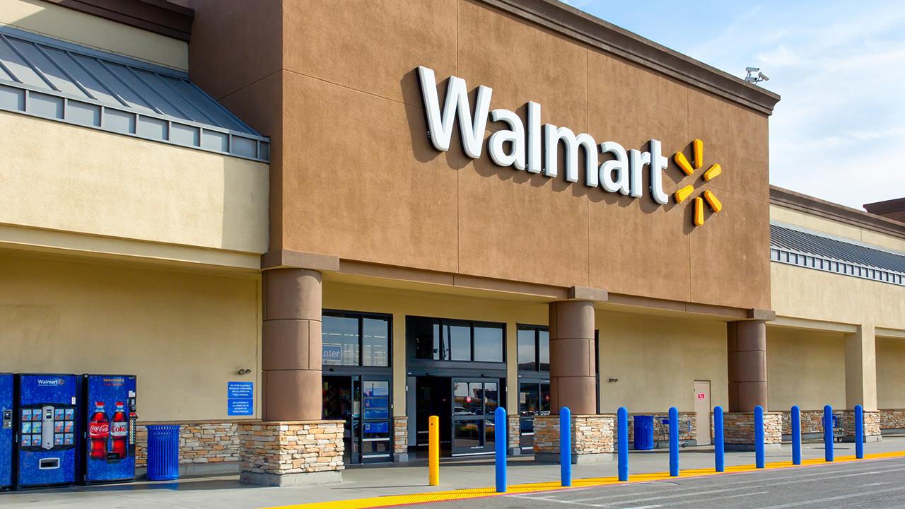Những người mua sắm của Walmart đã đến 'Biểu ngữ có hình sao' vào cuối tuần ngày 4 tháng 7 trong một video lan truyền