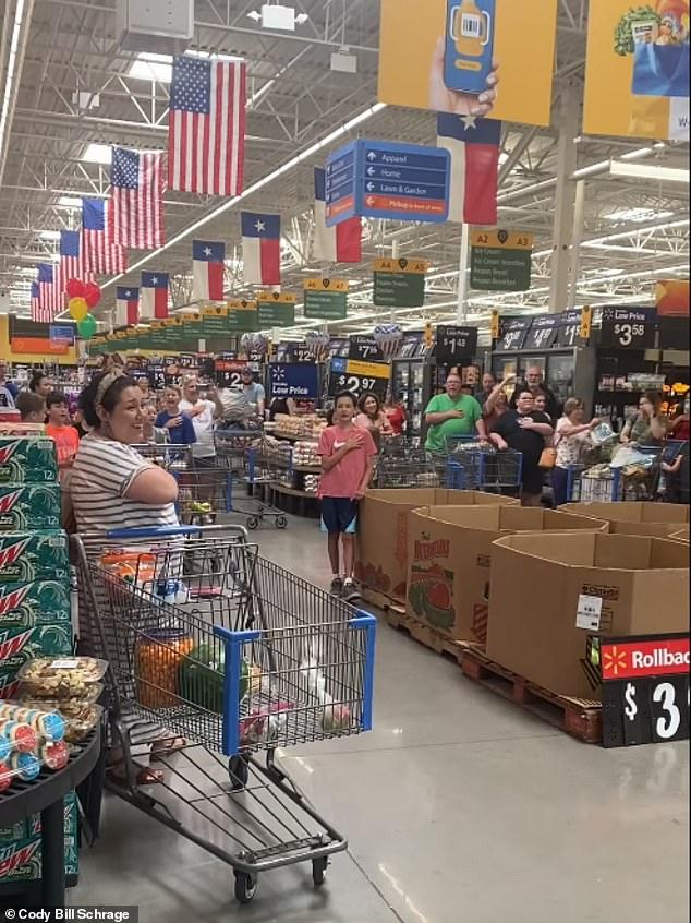 Theo chú thích của video, một người mua sắm bắt đầu hát bài quốc ca của riêng mình và một số người khác tham gia trước khi anh ta hát toàn bộ cửa hàng.