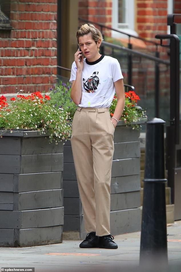 CHAT AWAY: Emma Shino mặc một chiếc áo phông trắng lưng cao khi cô phát biểu trên phố ngay sau khi người hâm mộ theo dõi tin tức cùng với các bài đăng mới trên Instagram của cô.