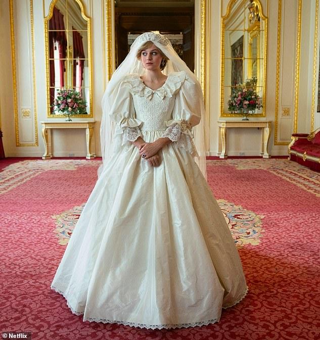 Đưa ra tuyên bố: Nữ diễn viên The Crown (xuất hiện trên chương trình Netflix) đã chia sẻ một bức ảnh của cô ấy trong bộ váy cưới mà cô ấy viết, 'Cô dâu yêu thích của bạn'