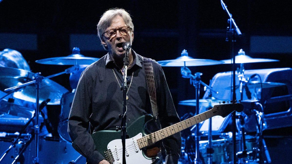 Eric Clapton gọi các yêu cầu về vắc xin COVID-19 là phân biệt đối xử