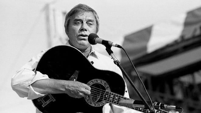 Tom T. Hall biểu diễn như một phần của chương trình PolyGram / Mercury Records trong Hội chợ Người hâm mộ tại khu hội chợ của bang vào ngày 9 tháng 6 năm 1987.