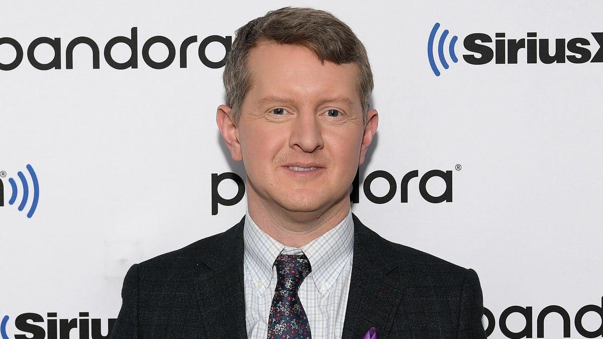 Những dòng tweet cũ gây tranh cãi của Ken Jennings được cho là đã khiến anh ấy phải mất công làm Jeopardy của Alex Trebek!  người kế vị