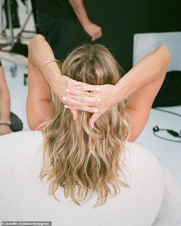 Bờm: Một cảnh quay cho thấy Jennifer đang ngồi trên ghế trang điểm, quay lưng lại máy ảnh, mái tóc vàng được tạo kiểu hoàn hảo của cô ấy được thể hiện đầy đủ.