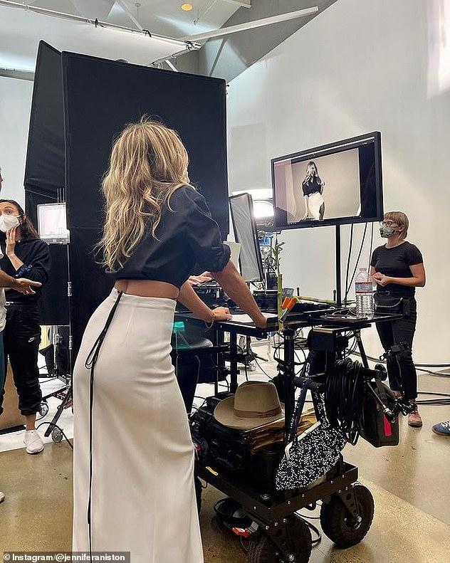 Một người phụ nữ đa tài: Ngôi sao sau đó đã chuyển từ vị trí đạo diễn hình ảnh sang người mẫu khi cô mặc chiếc váy midi trắng - xẻ tà cao đến đùi - và chiếc áo sơ mi đen để tạo ra những góc hình đẹp nhất.