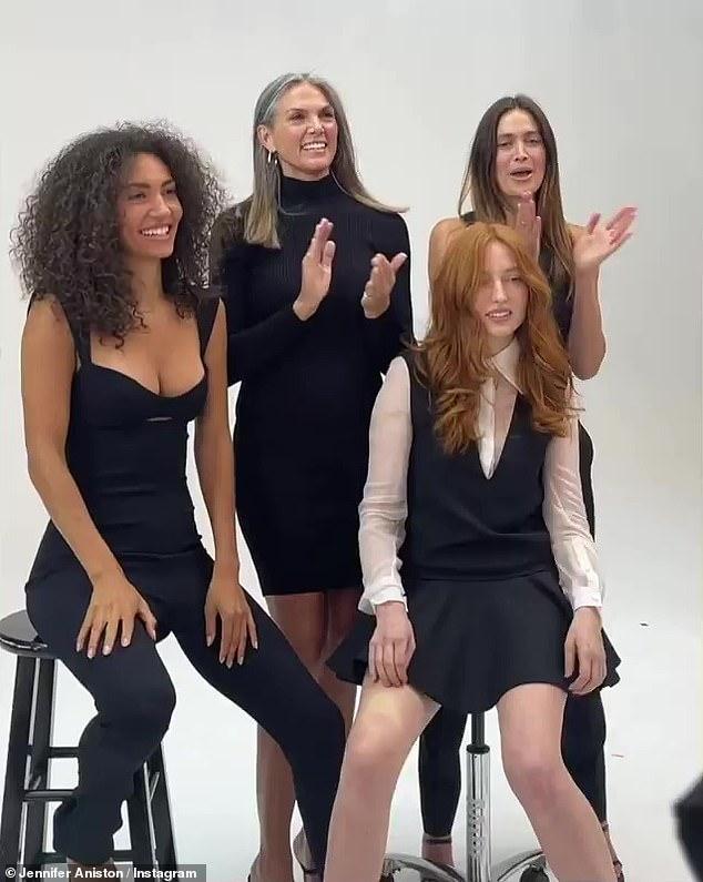 Tín dụng: Bốn người đẹp tạo dáng cùng nhau trước ống kính trước khi cổ vũ cho Jennifer, khiến nữ diễn viên tròn xoe mắt không kìm được nước mắt
