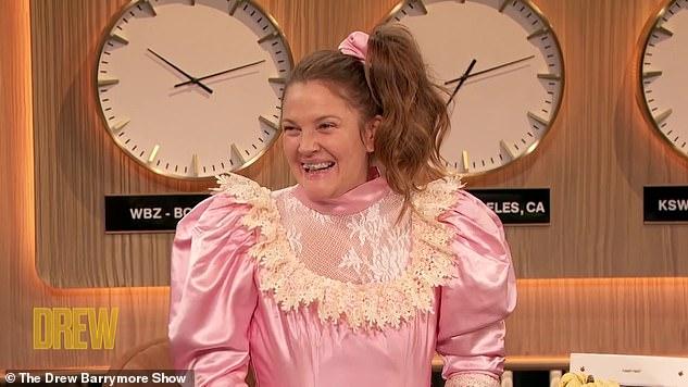 A-dorkable: Người hâm mộ Never Before Kissed không thể mong đợi nhiều hơn các loại thuốc của Josie trong suốt mùa thứ hai của chương trình trò chuyện Barrymore, vì cô ấy sẽ trở lại cho các cuộc phỏng vấn trên thảm đỏ và các phần khác.