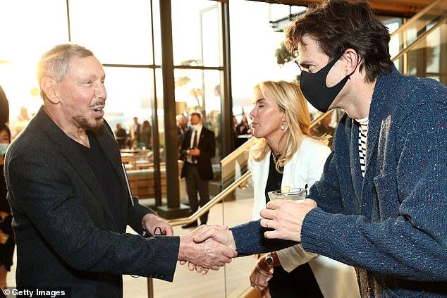 Man of the Hour: Ashton được nhìn thấy bắt tay với Larry Ellison, người cùng tên của cơ sở