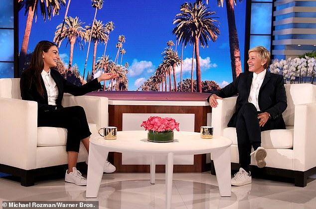 Sự ngạc nhiên!  Cũng hôm thứ Ba, Kunis đã gây sốc cho Ellen DeGeneres, 66 tuổi, khi cô xuất hiện trong chương trình trò chuyện dài hơi của mình với tư cách là người đồng dẫn chương trình.