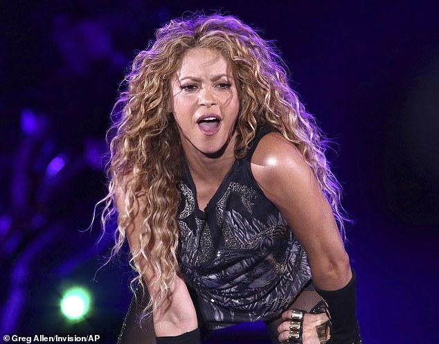 """Ngôi sao nhạc pop Shakira bị hai con lợn rừng tấn công """"giật"""" túi xách của cô trong công viên Barcelona"""