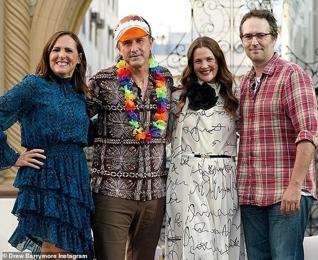 Buổi họp cấp ba!  Drew Barrymore đã mời các bạn diễn Never Before Kissed của cô ấy, Molly Shannon, David Arquette và Michael Vartan tham gia chương trình trò chuyện của cô ấy cho một cuộc hội ngộ nhỏ vào thứ Ba