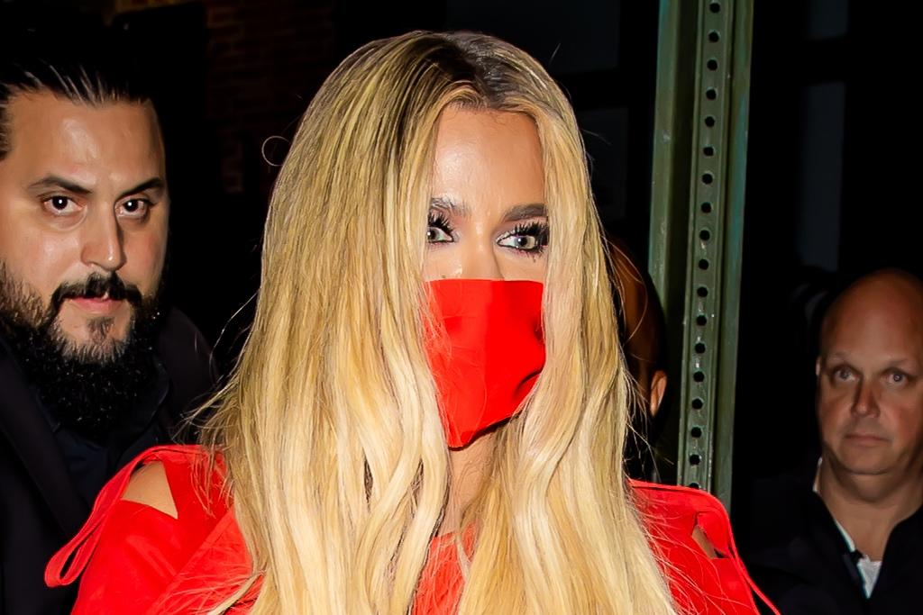 Khloe Kardashian rạng rỡ trong chiếc váy da cá sấu quá khổ màu đỏ cho bữa tiệc hậu SNL của cô ấy