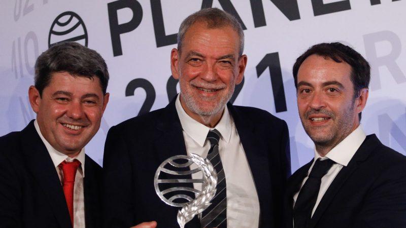 Carmen Mola, tác giả của bộ phim kinh dị nổi tiếng của Tây Ban Nha, tiết lộ rằng cô là 3 người đàn ông